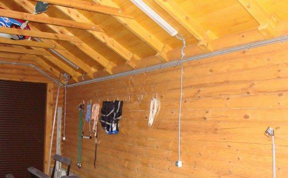 Монтаж проводки в деревянном